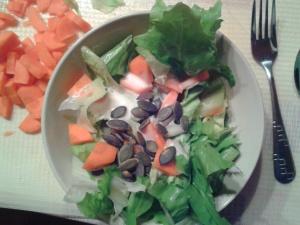 Das essen sogar meine Kinder. Eisbergsalat, Mören, Joghurt Dressing und Kürbiskerne.